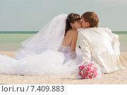 Молодожены целуются на пляже. Стоковое фото, фотограф Евгения Устиновская / Фотобанк Лори