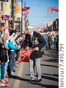 Дети поздравляют ветерана Великой Отечественной войны (2015 год). Редакционное фото, фотограф Katerina Uno / Фотобанк Лори