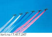 Группа военных самолётов с цветным дымом цвета российского флага на синем небе (2015 год). Редакционное фото, фотограф Борис Ветшев / Фотобанк Лори
