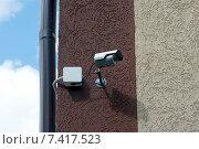 Купить «Камера видеонаблюдения на углу жилого здания», эксклюзивное фото № 7417523, снято 10 мая 2015 г. (c) Svet / Фотобанк Лори