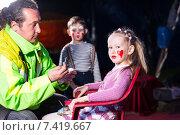 Купить «Мужчина готовит детей к выступлению в цирке. Маленькие артисты», фото № 7419667, снято 18 апреля 2015 г. (c) Вячеслав Николаенко / Фотобанк Лори