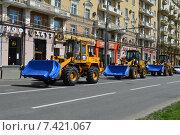 Купить «Колонна тракторов на Ленинградском проспекте в Москве», эксклюзивное фото № 7421067, снято 9 мая 2015 г. (c) lana1501 / Фотобанк Лори
