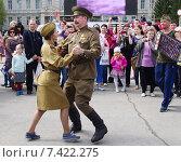 Купить «70-летие Победы в Омске. Пара в военной форме танцует вальс под гармошку.», фото № 7422275, снято 9 мая 2015 г. (c) Галина Хорошман / Фотобанк Лори