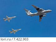 Купить «Имитация заправки Су-24М в полете заправщиком Ил-78 на репетиции парада Победы 7 мая 2015 года, Москва», фото № 7422903, снято 7 мая 2015 г. (c) Борис Ветшев / Фотобанк Лори