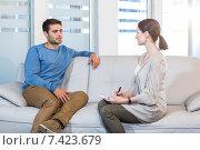 Psychologist talking with depressed man. Стоковое фото, агентство Wavebreak Media / Фотобанк Лори