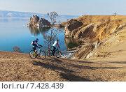 Купить «Байкал. Две девушки путешествуют по острову Ольхон на велосипедах», фото № 7428439, снято 9 мая 2015 г. (c) Виктория Катьянова / Фотобанк Лори