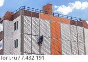 Купить «Рабочий заделывает стыки между плитами в строящемся жилом доме», фото № 7432191, снято 23 января 2019 г. (c) FotograFF / Фотобанк Лори