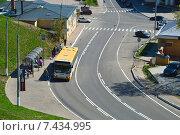 Купить «Городской автобус на остановке. Проспект Ленина. Волоколамск. Московская область», эксклюзивное фото № 7434995, снято 6 мая 2015 г. (c) lana1501 / Фотобанк Лори