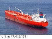 Красный нефтяной танкер. Стоковое фото, фотограф Matej Kastelic / Фотобанк Лори