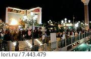 Огненное шоу возле отеля Mirage, Лас-Вегас (2014 год). Редакционное видео, видеограф FMRU / Фотобанк Лори