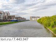 Строительство новых многоэтажных домов вдоль Дудергофского канала в Санкт-Петербурге. Стоковое фото, фотограф Ивашков Александр / Фотобанк Лори