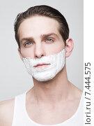 Купить «Парень в пене для бритья», фото № 7444575, снято 15 апреля 2015 г. (c) Дмитрий Булин / Фотобанк Лори