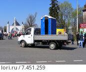 Купить «Грузовая машина везет туалетную кабинку. ВДНХ (ВВЦ). Москва», эксклюзивное фото № 7451259, снято 2 мая 2009 г. (c) lana1501 / Фотобанк Лори