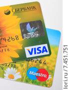 Купить «Пластиковые карты VISA и Maestro», эксклюзивное фото № 7451751, снято 18 мая 2015 г. (c) Яна Королёва / Фотобанк Лори