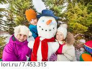 Купить «Дети позируют рядом со снеговиком», фото № 7453315, снято 22 февраля 2015 г. (c) Сергей Новиков / Фотобанк Лори