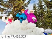 Купить «Дети играют в снежки в ясный зимний день», фото № 7453327, снято 22 февраля 2015 г. (c) Сергей Новиков / Фотобанк Лори
