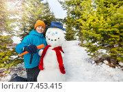Купить «Мальчик делает нос снеговику из морковки», фото № 7453415, снято 22 февраля 2015 г. (c) Сергей Новиков / Фотобанк Лори