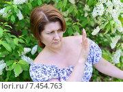 Купить «Женщина с аллергией в саду цветущей черёмухи», фото № 7454763, снято 8 мая 2015 г. (c) Володина Ольга / Фотобанк Лори
