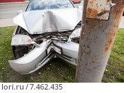 Купить «Разбитый автомобиль после столкновения со столбом», фото № 7462435, снято 20 мая 2015 г. (c) Кекяляйнен Андрей / Фотобанк Лори