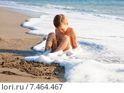 Ребенок на пляже играет в воде. Стоковое фото, фотограф Maria Siurtukova / Фотобанк Лори