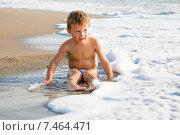 Ребенок играет на пляже в воде. Стоковое фото, фотограф Maria Siurtukova / Фотобанк Лори