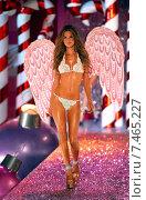 NEW YORK - NOVEMBER 9: Victoria's Secret Fashion model Alessandra Ambrosio walks the runway during the 2010 Victoria's Secret Fashion Show on November 9, 2005 at the Lexington Armory in New York City. Редакционное фото, фотограф Anton Oparin / Фотобанк Лори