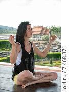 Девушка медитирует в национальном парке.Таиланд. (2015 год). Стоковое фото, фотограф Евгений Андреев / Фотобанк Лори