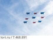 Купить «Воздушный парад в честь празднования Дня Победы», фото № 7468891, снято 9 мая 2015 г. (c) Павел Лиховицкий / Фотобанк Лори