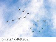 Купить «Воздушный парад в честь празднования Дня Победы», фото № 7469959, снято 9 мая 2015 г. (c) Павел Лиховицкий / Фотобанк Лори