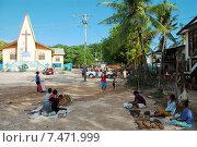 Деревенский рынок возле здания христианской церкви, Папуа Новая Гвинея (2011 год). Редакционное фото, фотограф Daniil Nasonov / Фотобанк Лори