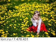 Девочка в цветах мать-и-мачехи. Стоковое фото, фотограф Анна Алексеенко / Фотобанк Лори