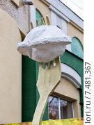 Купить «Памятник пельменю в Ижевске», эксклюзивное фото № 7481367, снято 22 ноября 2014 г. (c) Сергей Лаврентьев / Фотобанк Лори