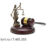 Купить «Судейский молоток и статуя правосудия на белом фоне», фото № 7485355, снято 7 января 2014 г. (c) Ласточкин Евгений / Фотобанк Лори