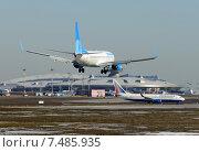 "Boeing 737 (бортовой VQ-BTD) авиакомпании ""Победа"" на посадке во Внукове (2015 год). Редакционное фото, фотограф Alexei Tavix / Фотобанк Лори"