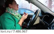 Купить «Молодая женщина водитель красит губы в автомобиле», видеоролик № 7486967, снято 23 марта 2015 г. (c) Кекяляйнен Андрей / Фотобанк Лори
