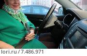 Молодая довольная женщина водитель пристегивается ремнем безопасности в машине. Стоковое видео, видеограф Кекяляйнен Андрей / Фотобанк Лори