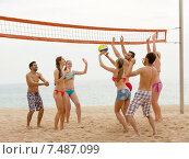 Friends playing volleyball. Стоковое фото, фотограф Яков Филимонов / Фотобанк Лори