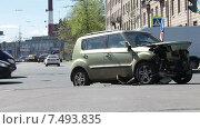 Купить «Разбитый в аварии легковой автомобиль, городской перекресток», видеоролик № 7493835, снято 20 мая 2015 г. (c) Кекяляйнен Андрей / Фотобанк Лори