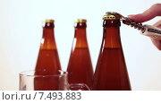 Купить «Мужская рука открывает темную бутылку пива с помощью открывалки», видеоролик № 7493883, снято 19 мая 2015 г. (c) Кекяляйнен Андрей / Фотобанк Лори