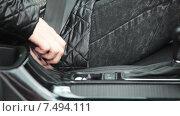 Купить «Водитель пристегивается ремнем безопасности в автомобиле, крупный план», видеоролик № 7494111, снято 5 мая 2015 г. (c) Кекяляйнен Андрей / Фотобанк Лори