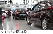 Купить «Покупатели в автосалоне по продаже новых автомобилей Хендай Моторс», видеоролик № 7494235, снято 22 апреля 2015 г. (c) Кекяляйнен Андрей / Фотобанк Лори