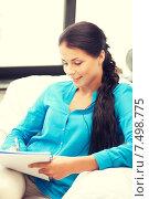 Купить «happy woman with big notepad», фото № 7498775, снято 18 июня 2011 г. (c) Syda Productions / Фотобанк Лори