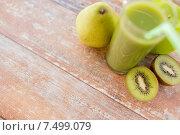 Купить «close up of fresh green juice and fruits on table», фото № 7499079, снято 17 марта 2015 г. (c) Syda Productions / Фотобанк Лори