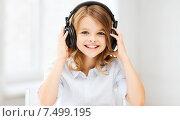 Купить «little girl with headphones at home», фото № 7499195, снято 31 июля 2013 г. (c) Syda Productions / Фотобанк Лори