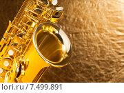 Купить «Крупным планом вид саксофона на золотом фоне», фото № 7499891, снято 23 февраля 2015 г. (c) Сергей Новиков / Фотобанк Лори