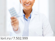 Купить «doctor with blister packs of pills», фото № 7502999, снято 1 августа 2013 г. (c) Syda Productions / Фотобанк Лори