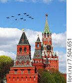 Купить «Военные самолеты пролетают над башнями Московского Кремля», фото № 7504651, снято 5 мая 2015 г. (c) Владимир Приземлин / Фотобанк Лори