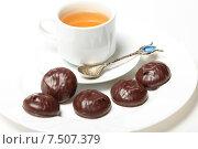 Купить «Зефир в шоколаде и белая чашка с чаем на белом фоне», эксклюзивное фото № 7507379, снято 26 мая 2015 г. (c) Яна Королёва / Фотобанк Лори