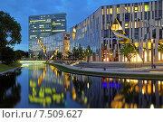 Вечерний вид на комплекс зданий Ko-Bogen в Дюссельдорфе, Германия (2015 год). Редакционное фото, фотограф Михаил Марковский / Фотобанк Лори