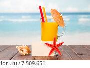 Купить «Коктейль и пустая карточка на фоне пляжа», фото № 7509651, снято 21 января 2015 г. (c) Сергей Молодиков / Фотобанк Лори